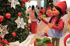Fille de Noël avec la décoration de Noël Photographie stock