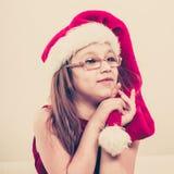 Fille de Noël dans l'équipement de fête de chapeau de Santa Image libre de droits