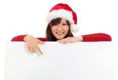 Fille de Noël montrant la bannière vide de panneau d'affichage Photos stock