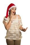 Fille de Noël montrant la paume vide avec le surprisi de sourire de l'espace de copie photos libres de droits