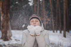Fille de Noël Neige de soufflement de femme de l'hiver Images stock