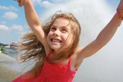 Fille de oscillation heureuse Photographie stock libre de droits