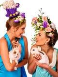 Fille de Pâques tenant ensemble le lapin Femmes dans le style de vacances Image libre de droits