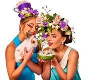 Fille de Pâques tenant ensemble le lapin Femmes dans le style de vacances Images stock