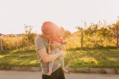 Fille de père et de bébé dehors dans le coucher du soleil Photo libre de droits