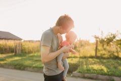 Fille de père et de bébé dehors dans le coucher du soleil Photos libres de droits