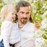 Fille de père et d'enfant en bas âge ayant l'amusement au ressort Photos libres de droits