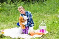 Fille de père et de bébé jouant en parc Images libres de droits