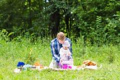 Fille de père et de bébé jouant en parc Photo libre de droits