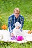 Fille de père et de bébé jouant en parc Photos stock