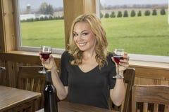 Fille de partie dans l'établissement vinicole ou barre avec le vin rouge Photos stock