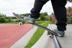 Fille de patin faisant des tours sur la planche à roulettes Photo libre de droits