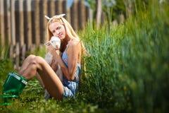 Fille de pays avec une petite chèvre dans des ses mains Photo libre de droits