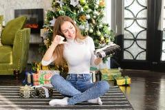 Fille de peintre à l'aide du smartphone pour souhaiter la bonne année aux amis Photographie stock