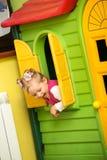 Fille de petit enfant jouant dans le jardin d'enfants Images libres de droits