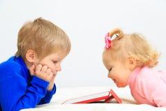 Fille de petit garçon et d'enfant en bas âge à l'aide du pavé tactile Photo libre de droits