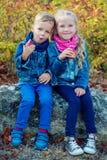 Fille de petit garçon et d'enfant mangeant des pommes images stock