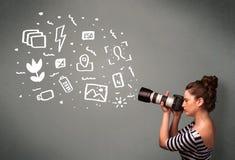 Fille de photographe capturant les icônes et les symboles blancs de photographie Photos stock