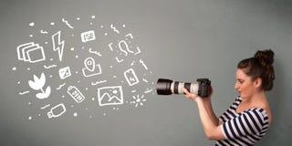Fille de photographe capturant les icônes et les symboles blancs de photographie Image stock
