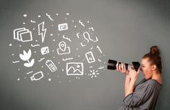 Fille de photographe capturant les icônes et les symboles blancs de photographie Photo stock