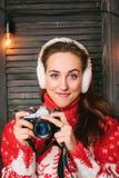 Fille de photographe d'hiver dans le chandail rouge avec des dears image libre de droits