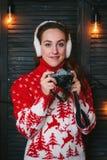 Fille de photographe d'hiver dans le chandail rouge avec des dears images libres de droits