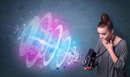 Fille de photographe faisant des photos avec le faisceau lumineux puissant illustration stock