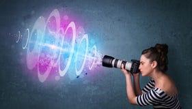 Fille de photographe faisant des photos avec le faisceau lumineux puissant image libre de droits