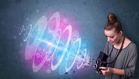 Fille de photographe faisant des photos avec le faisceau lumineux puissant photo libre de droits