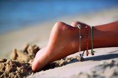 Fille de pied se trouvant sur la plage Photos stock