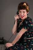 Fille de pin-up au téléphone démodé Photo stock