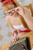 Fille de pin-up avec la machine à écrire image libre de droits