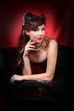Fille de pin-up de style dans la robe noire Photographie stock libre de droits