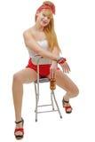 Fille de pin-up s'asseyant sur une chaise avec de la bière images libres de droits
