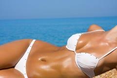 fille de plage détendant les jeunes sexuels Image libre de droits