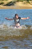 Fille de plage dans l'action photo stock