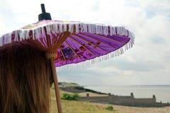 Fille de plage de parasol Photographie stock libre de droits