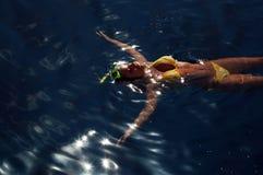 Fille de plongée dans la surface de mer Photos stock