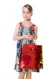 Fille de portrait avec des sacs en papier pour l'achat. Photo stock