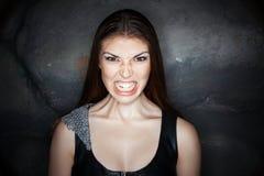 Fille de portrait avec la grimace de la colère sur son visage images libres de droits