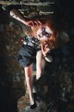 Fille de portrait avec les cheveux rouges et le vampire ensanglanté de visage, meurtrier, psychopathe, thème de Halloween, femme  Images libres de droits