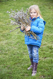 Fille de portrait avec une branche de saule de chat Salix Traditions de Pâques Image stock