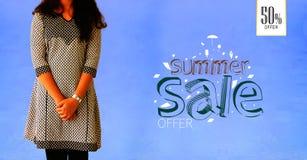 Fille de portrait de beauté posant sur le fond bleu, calibres promotionnels de bannière de vente d'été Image libre de droits