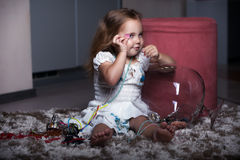 Fille de portrait du ` s d'enfants dans la maison, appartement images stock