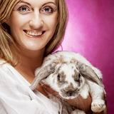 Fille de portrait tenant le lapin en main Photographie stock