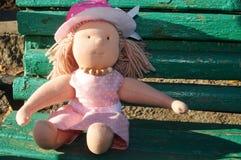 Fille de poupée dans une robe rose Photo libre de droits
