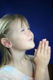 Fille de prière heureuse. Photo libre de droits