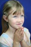Fille de prière heureuse. Image stock