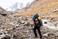 Fille de randonneur détendant aux montagnes Photographie stock