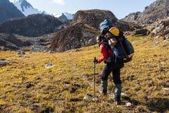 Fille de randonneur détendant aux montagnes Image stock